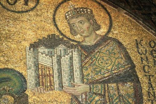 Constantí el Gran oferint a la Mare de Déu la ciutat de Constantinoble. Detall d'un mosaic de Santa Sofia, Istanbul